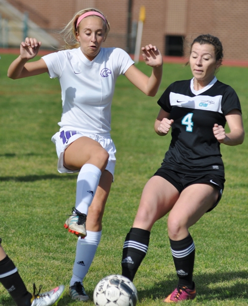 Brentwood's Kate Gilmore (left) fights for possession with Jill Smith.