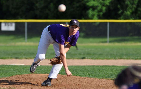 Seth Winkleman pitches in the fifth inning.