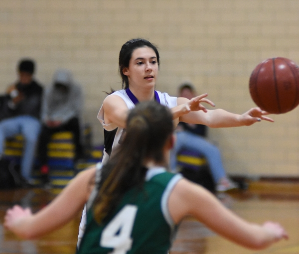 Amanda Ingersoll passes to a teammate.