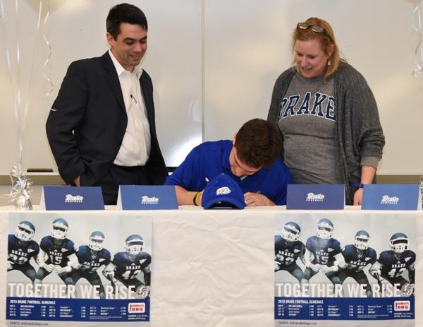 Jacob Clay ceremonially signs his letter of intent as his parents, Marty Clay and Beth Clay, watch. (Photo by Steve Bowman)